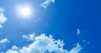 紫外線の強い青空
